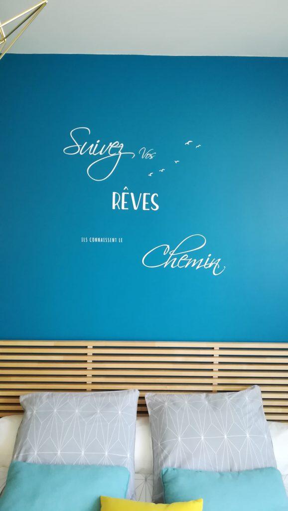 C'est le choix d'un sticker mural pour la décoration d'une chambre d'hôtes à Reims